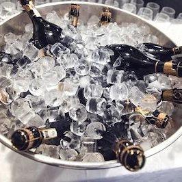 Champagnerflaschen in einem Kühler voll mit Eis