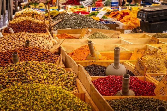 Viele verschiedene Gewürze auf einem Markt
