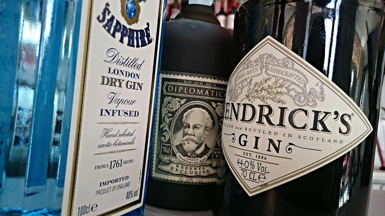 Mehrere Gin Flaschen