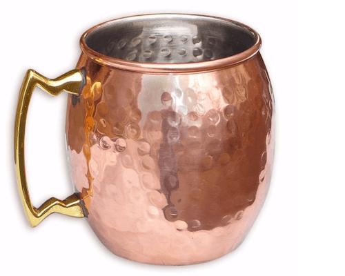 Ein Becher aus Kupfer mit Griff
